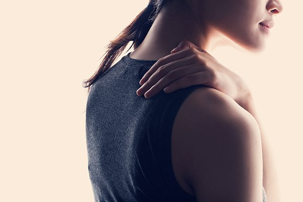 IMAGE - Woman with shoulder pain